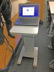 教室に設置されたノートパソコン